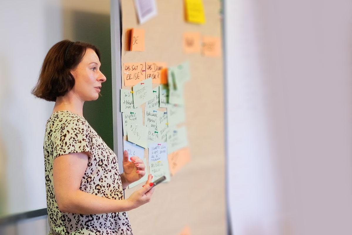 Heike Rehm moderiert einen Workhop